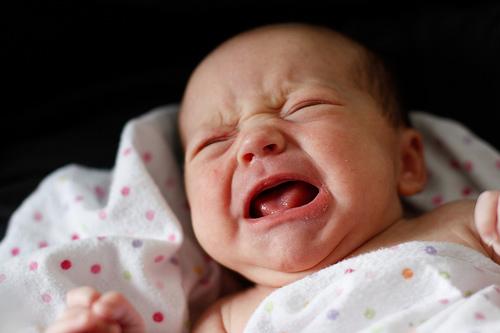 Почему плачет ребенок в 3 месяца